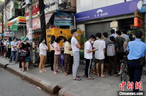 緬甸仰光機場關至4月底銀行關閉民眾排隊提款