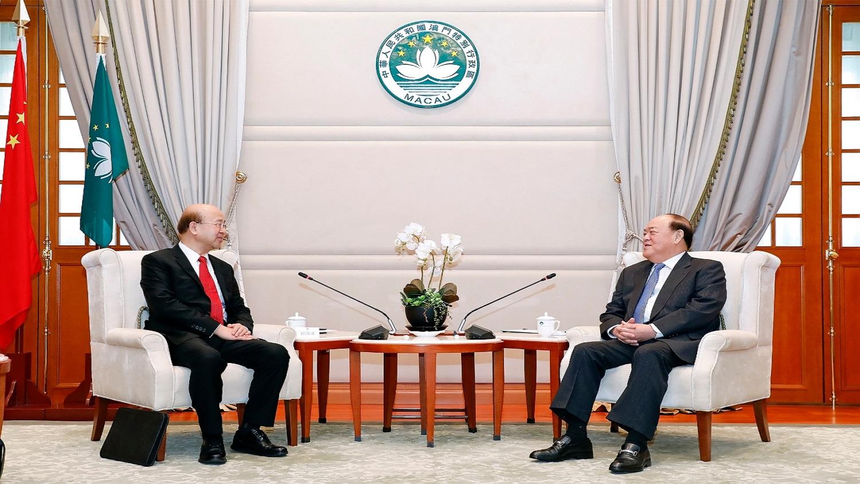 行政長官賀一誠與外交部駐澳新任特派員劉顯法會面